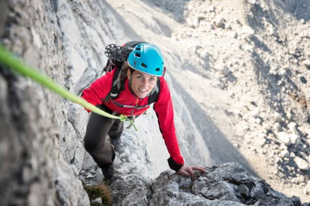 Klettern in den Alpen - junge Frau klettert in den Alpen – Foto