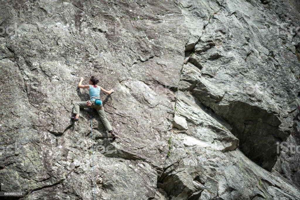 Rock climbing young woman on Italian Alps: Mountain climbing foto de stock royalty-free