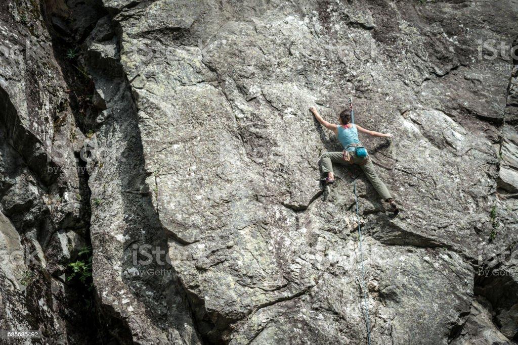 이탈리아 알프스에 바위 등반 젊은 여자: 등산 royalty-free 스톡 사진