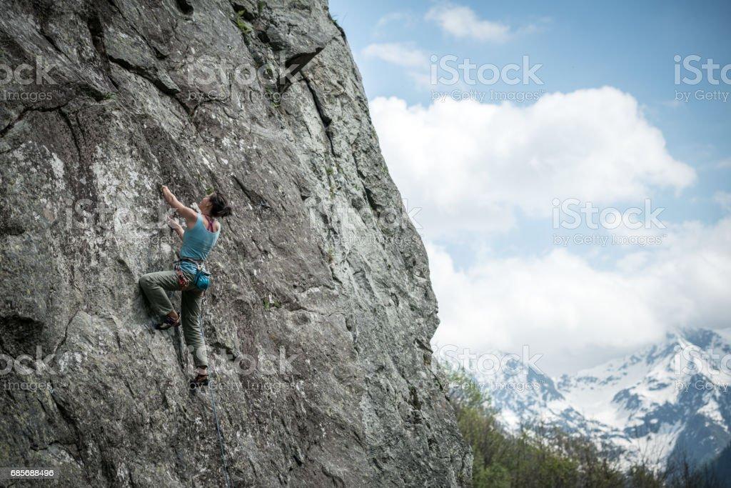 Rock Klettern junge Frau in italienischen Alpen: Bergsteigen Lizenzfreies stock-foto
