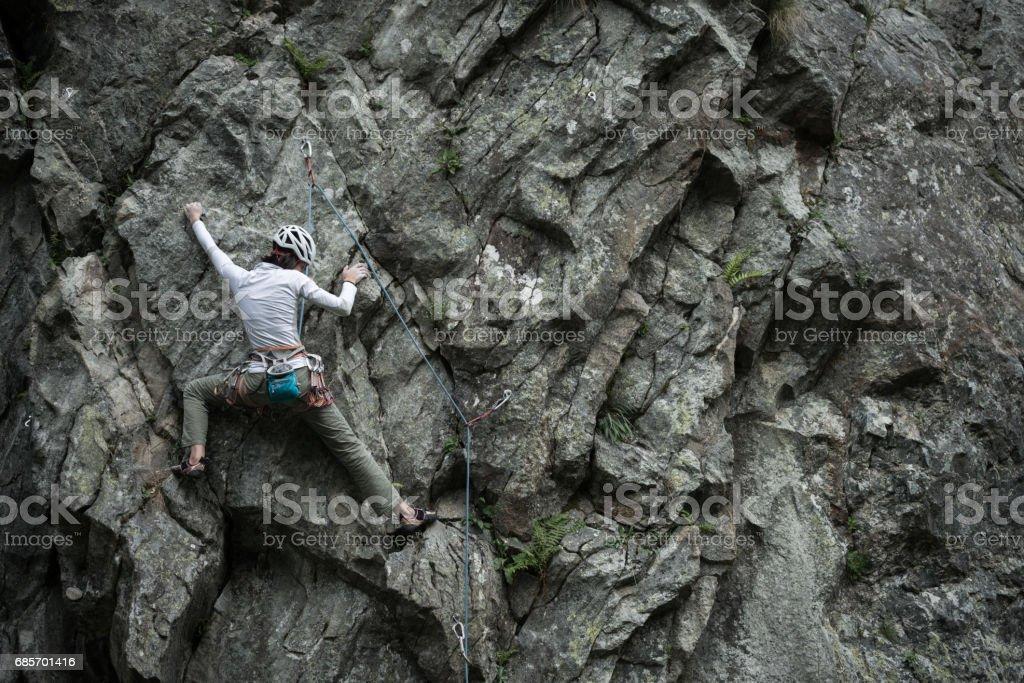 イタリア アルプスのロック クライミング若い女性: 登山 ロイヤリティフリーストックフォト