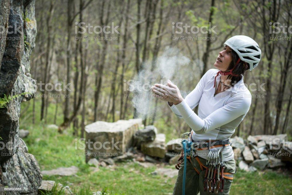 岩石攀爬的年輕的女子在義大利阿爾卑斯山: 製備 免版稅 stock photo
