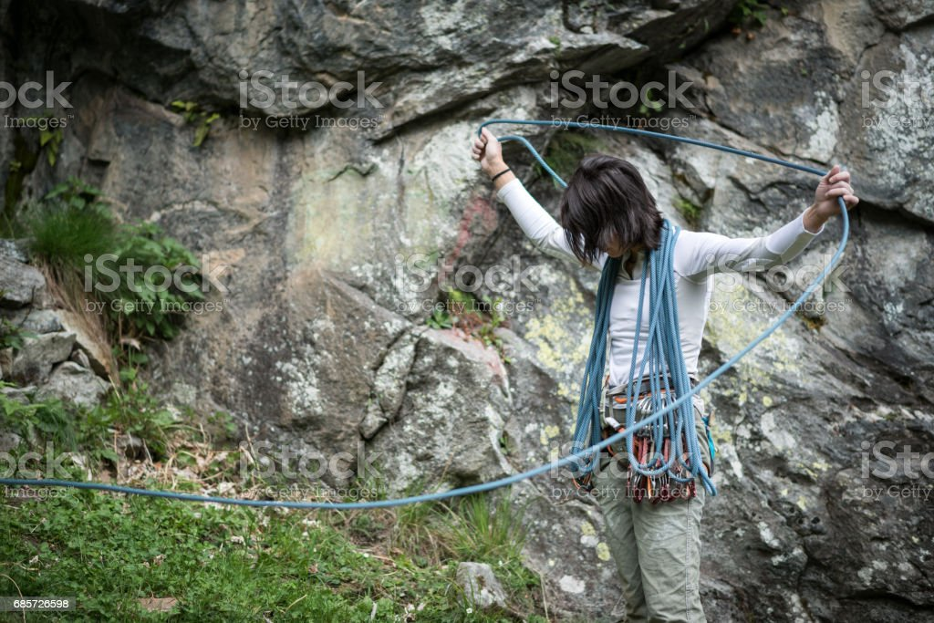 イタリア アルプスのロック クライミング若い女性: 準備 ロイヤリティフリーストックフォト