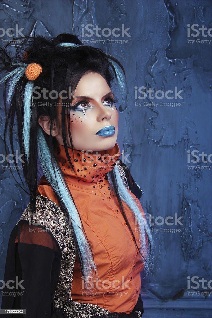 Rock Madchen Mit Blauen Lippen Und Punk Frisur Schiefer Stockfoto