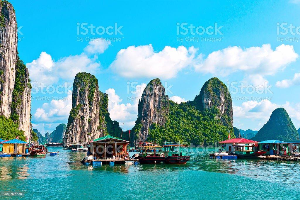 Islas rocosas y flotante village - foto de stock