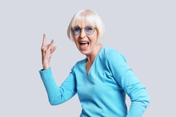 secouez-le! - seulement des femmes seniors photos et images de collection