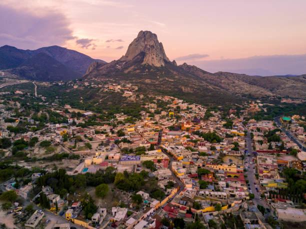 montaña de la roca con el pueblo aéreo - queretaro fotografías e imágenes de stock