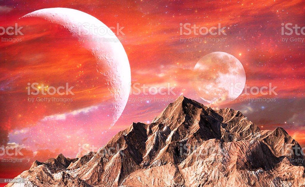 Fels Berg mit rot Himmel und zwei der Mond als Hintergrund. – Foto