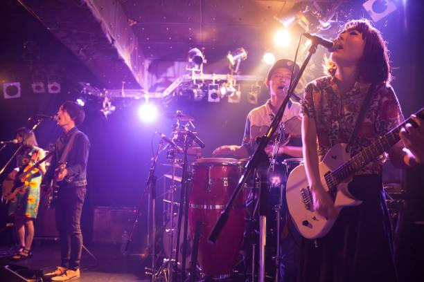 ロックバンドの音楽 - ミュージシャン ストックフォトと画像