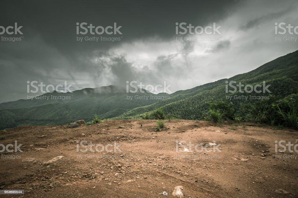 Camino De Piedra De Roca En Un Día Nublado Con La Impresión De Neumático De Automóvil Comercial Foto De Stock Y Más Banco De Imágenes De Actividad Al