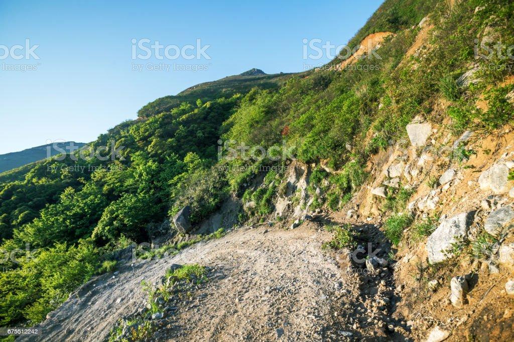 ticari otomobil lastiği baskı ile Sunrise Rock taş yol royalty-free stock photo