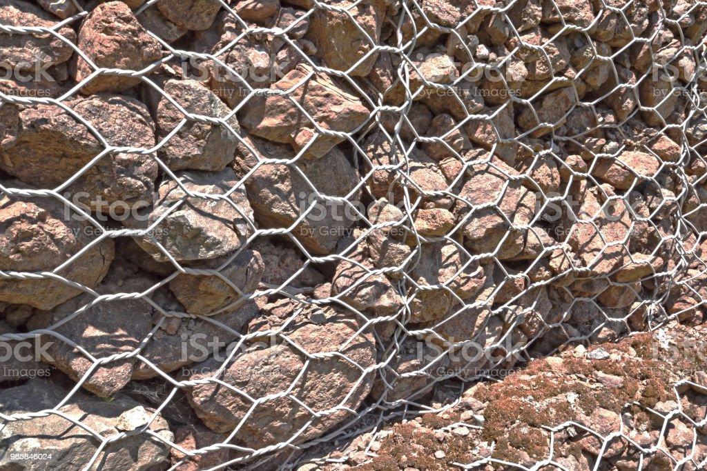 Rock Wall Metal Cage Close Up - Стоковые фото Абстрактный роялти-фри