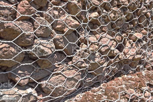 Rock Wall Metal Cage Close Up — стоковые фотографии и другие картинки Абстрактный