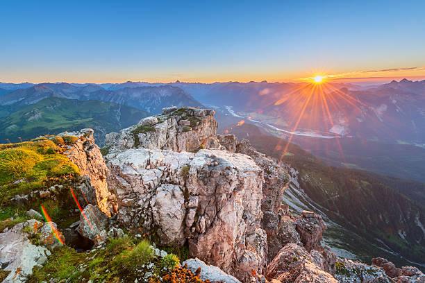 Fels mit Gras auf Tirol Berge ein Sonnenuntergang – Foto
