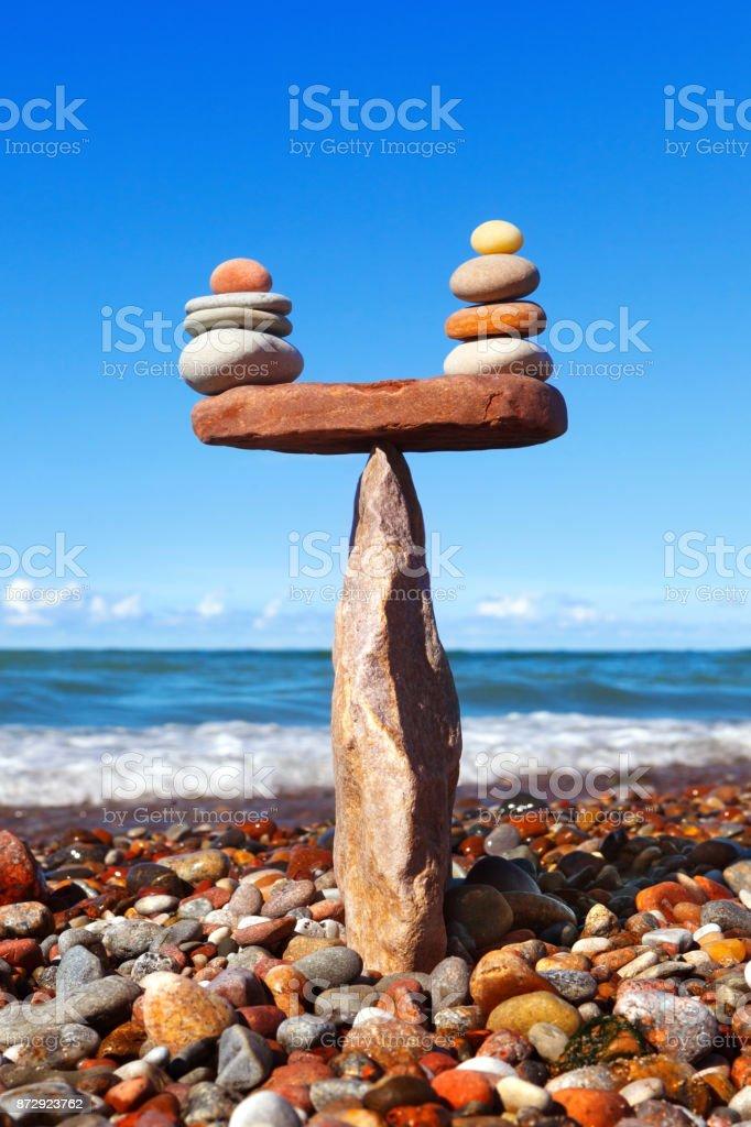 Rock-Zen in der Form einer Pyramide auf den Rand des Steins – Foto