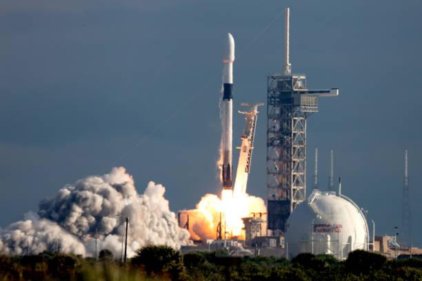 raketenstart - rakete stock-fotos und bilder