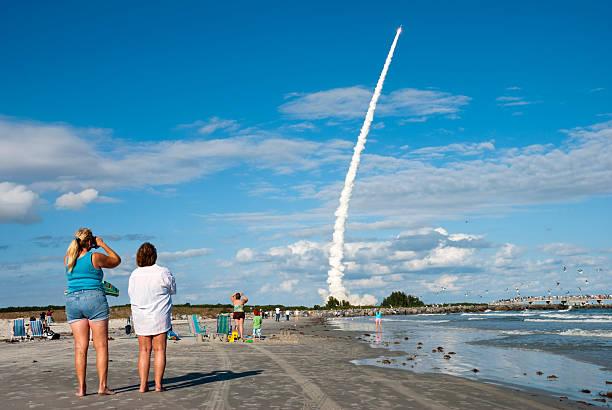 vor einer rakete einführung - kennedy space center stock-fotos und bilder