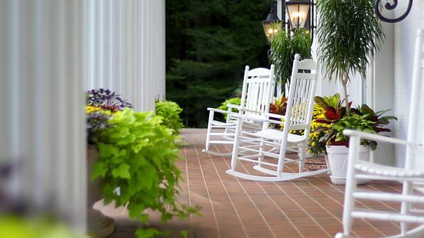schaukelstühle - verandas stock-fotos und bilder