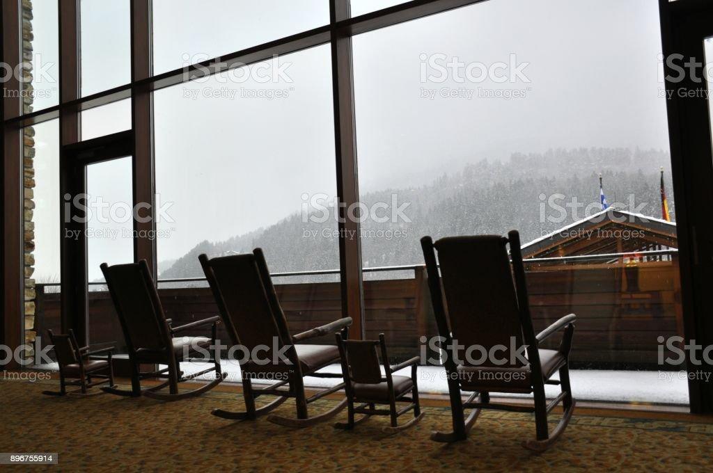 Schwingstühle mit Blick auf die Berge und Schnee – Foto
