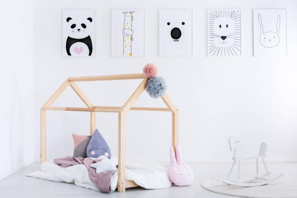 schaukelpferd im kinderzimmer - pferde schlafzimmer stock-fotos und bilder