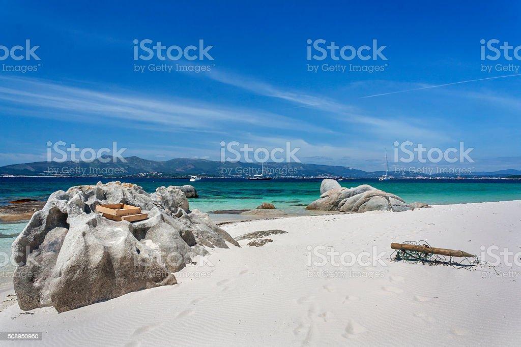 Rocas y embarcaciones en Areoso Isla Playa - foto de stock