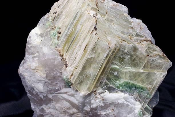 kamieni i minerałów-elbaite w muscovite - łupek łyszczykowy zdjęcia i obrazy z banku zdjęć