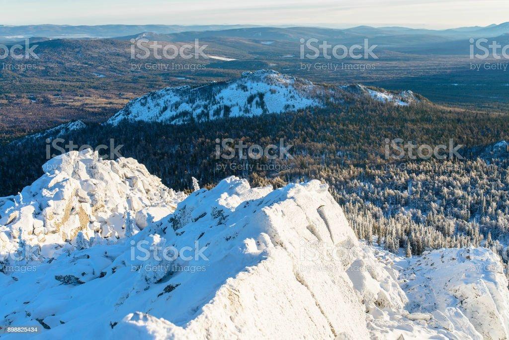 Rocas cubiertas de hielo y nieve. Paisaje de montaña de invierno, Rusia, Ural. - foto de stock