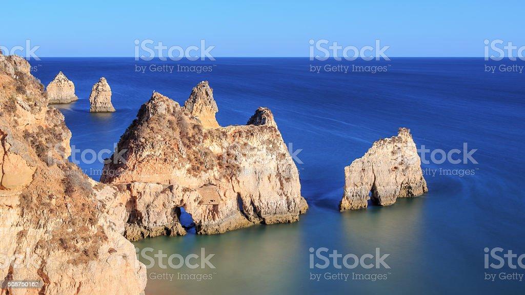 Pedras de Praia Dos Tres Irmaos em Portugal - fotografia de stock