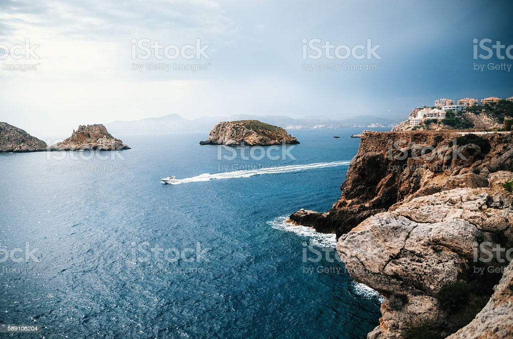 Rocks of Santa Ponsa in Mallorca before the storm - foto stock