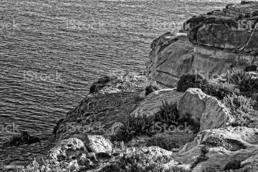 Pedras na praia, em preto e branco - foto de acervo
