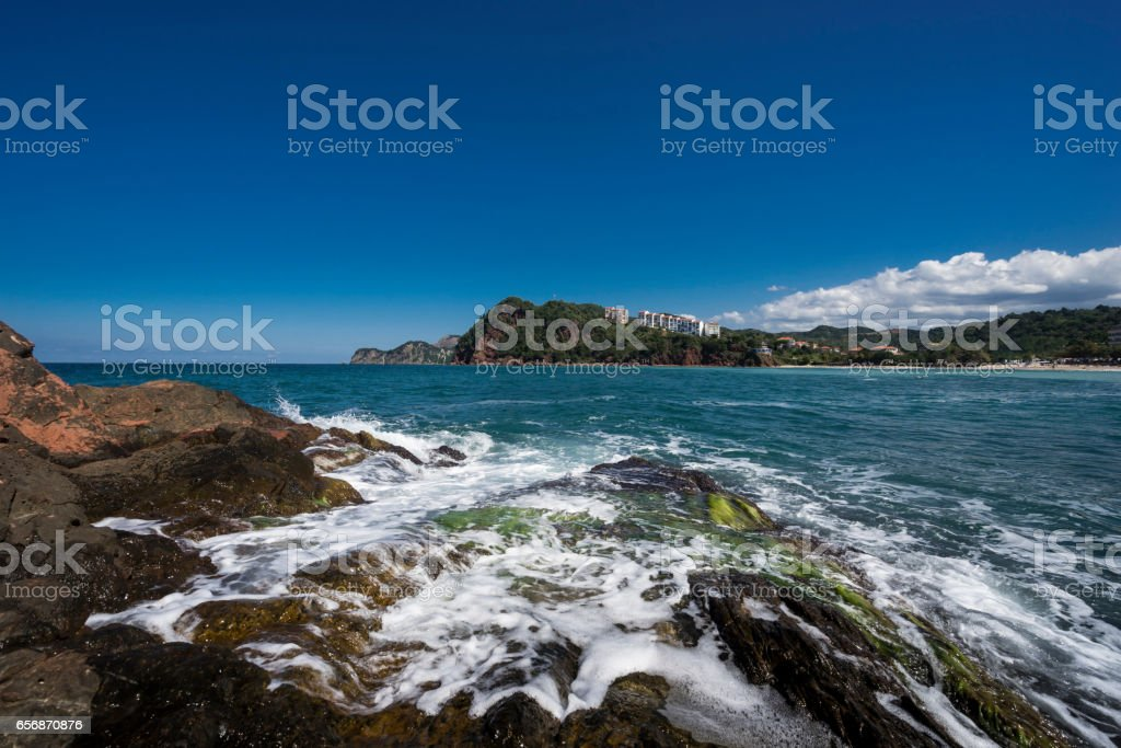 Kayalar kıyıda stok fotoğrafı