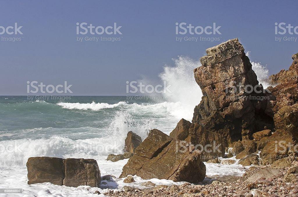 Rocas con smashing Olas foto de stock libre de derechos