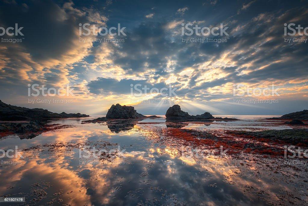 Rocky plage au lever du soleil photo libre de droits