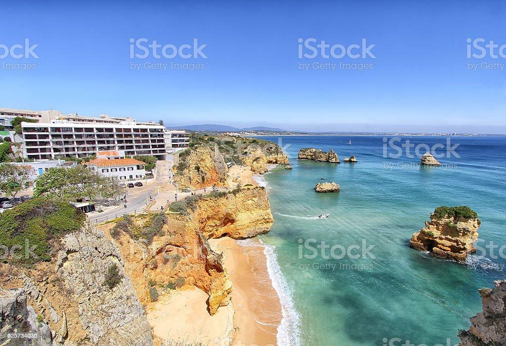 Rocky praia ao pôr do sol, Lagos, Portugal - fotografia de stock