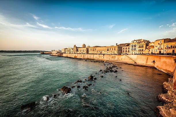 felsenküste und meer wände in ortigia - ortygia stock-fotos und bilder