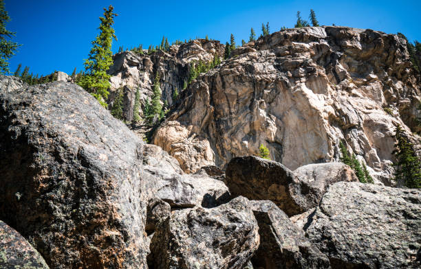 rocky mountain uçurum yüzünden uzak bağımsızlık çam ağaçları ve kuzey yüz cliff pass - independence day stok fotoğraflar ve resimler