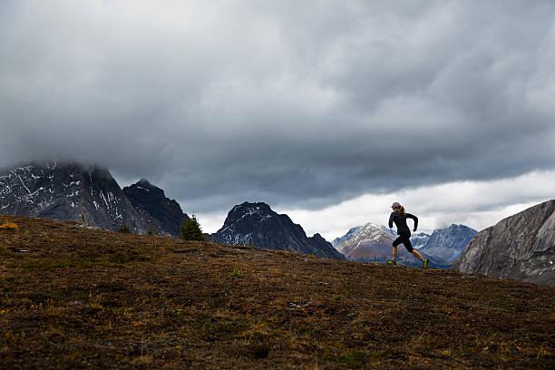 corredor chica de las montañas rocosas - trail running fotografías e imágenes de stock