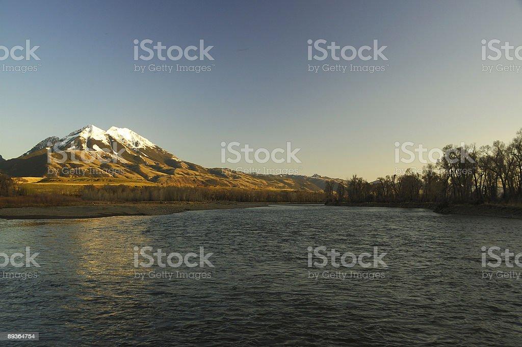 Montagnes Rocheuses au bord de la Rivière Yellowstone dans le Montana photo libre de droits