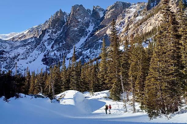 montagne rocciose in inverno - estes park foto e immagini stock