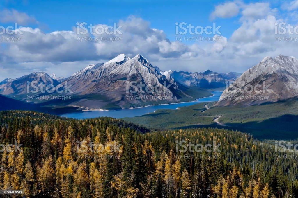 Rocky Mountains Landschaft mit See und goldenen Lärchen. – Foto