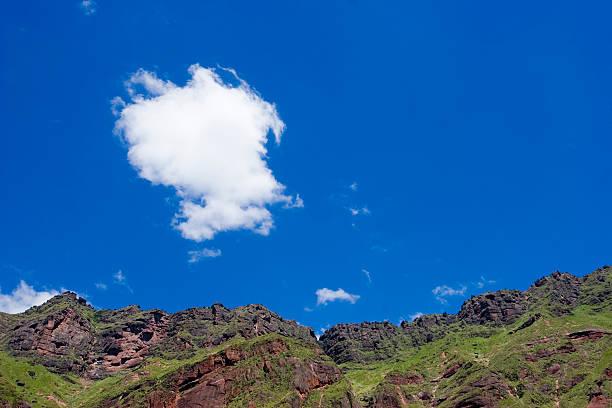 rocky mountains mit einem wolkenverhangenen himmel - elemi stock-fotos und bilder