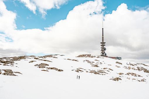Rotsachtige Bergtop Met Toren Stockfoto en meer beelden van Berg