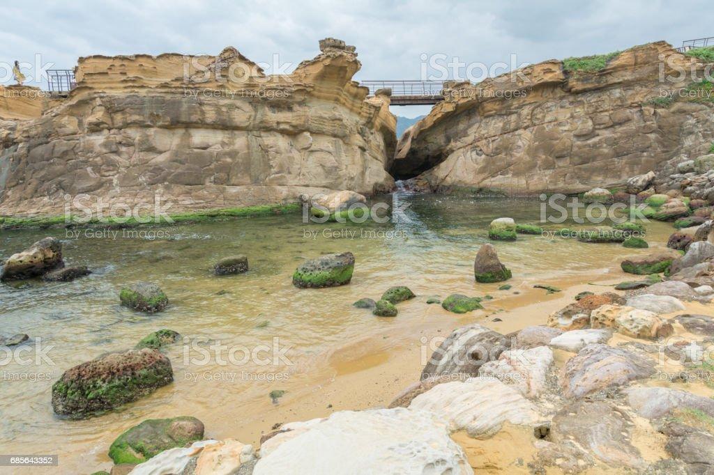 Felsenküste und blauer Himmel Lizenzfreies stock-foto