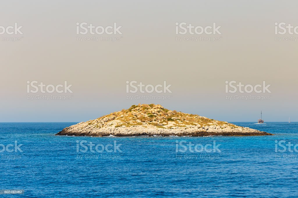 Rocky kleine Insel im blauen Meer – Foto