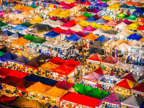 rod fai market bangkok thailand - avondmarkt stockfoto's en -beelden