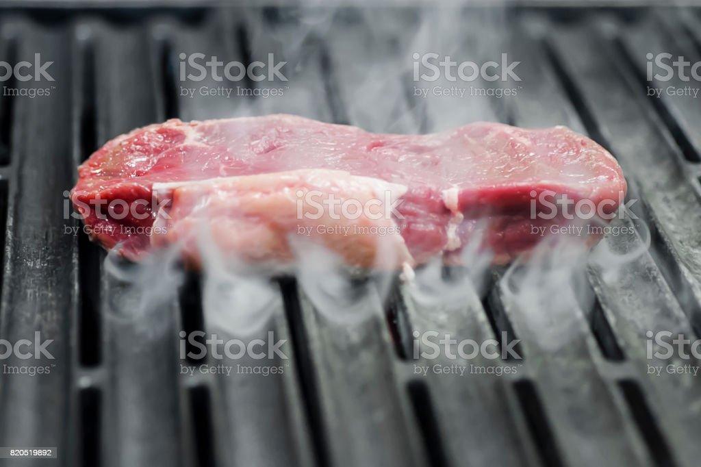Rohes Fleisch auf dem Grill stock photo