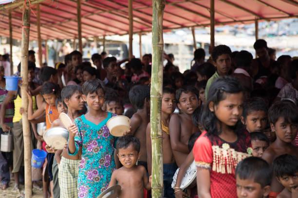 방글라데시에서 난민 캠프에서 음식을 기다리는 Rohingya 어린이 스톡 사진