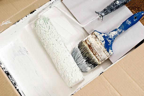 roll und pinsel und weißer farbe trocken - kunststoff behälter bemalen streichen stock-fotos und bilder