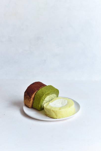 roll-kuchen - sortiert - grüntee kuchen stock-fotos und bilder