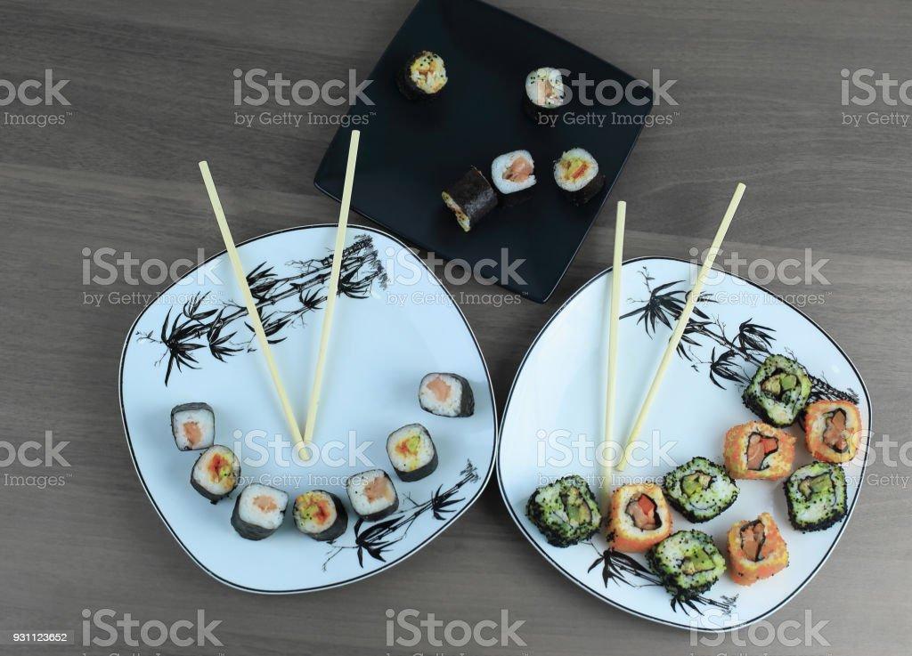 Çiğ balık ve özel bir pirinç hazırlanan suşi rulo - Royalty-free Akşam yemeği Stok görsel